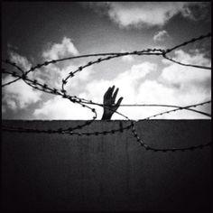 An immigrant at the Libya-Tunisia border. (Giorgos Moutafis / Anzenberger)