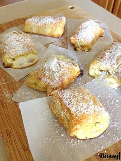 Romanian Farmer Cheese Sweet Pastries This is a recipe that will stay with you for ever as soon as you try it. These farmer cheese sweet pastries are to die for. The place I come from, the pastry shops are on every corner of the… Sweet Recipes, Cake Recipes, Dessert Recipes, Pastries Recipes, Sweet Puff Pastry Recipes, Puff Pastry Desserts, Just Desserts, Delicious Desserts, Yummy Food
