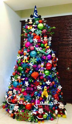 Árbol de Navidad Disney con casi todos los personajes.