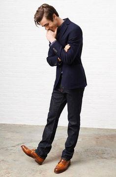 Look de moda: Blazer Azul Marino, Camisa de Manga Larga Estampada Gris Oscuro, Vaqueros Negros, Zapatos Brogue de Cuero Marrónes