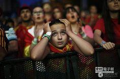 球迷看到西班牙輸球,顯得相當失望。(圖/騰訊體育)