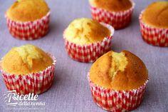 I muffin alla vaniglia sono i classici muffin dal sapore delicato. Li potete rendere ancora più gustosi con laggiunta di scaglie di cioccolato o di cocco grattugiato.