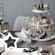 Stylish in silver decoration # christmas christmas table . Christmas Mood, Rustic Christmas, Cocktails With Malibu Rum, New Year Diy, Silver Table, Xmas Food, New Years Party, Xmas Decorations, Wine Glass