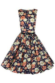 Deze jaren '50 geïnspireerde, Audrey Hepburn style swing van Lindy Bopis een echte klassieker!Uitgevoerd in een fleurige bloemenprint met donkerblauwe achtergrond.Mooie brede boothals en net boven de taille uitlopend in een volle cirkelrok. Rits aan de zijkant.Met bijgeleverd donkerblauw imitatieleren riempje geeft het je het perfecte silhouet.  Deze jurk is iets langer, totale lengte is 105cm.  Stof: 100% katoen.