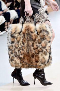 Tendenze borse sfilate Paris Fashion Week AI 2015/2016   Maxi bag di pelliccia leopardata Luis Vuitton   FOTO