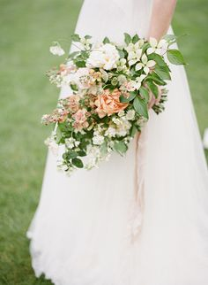 Floral Design: The Garden Gate Flower Company - Elegant English Country Inspiration by Taylor & Porter (Styling & Photography) + Wed Magazine (Production & Styling) - via Magnolia Rouge Peach Bouquet, Pastel Bouquet, Vintage Wedding Flowers, Bridal Flowers, Nina Flowers, Wedding Prep, Dream Wedding, Wedding Themes, Wedding Decorations