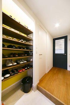 オープンな靴収納。必要なときだけロールスクリーンで目隠しできる。