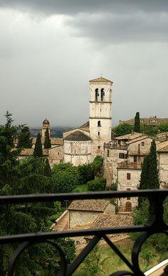 Assisi, Piazza Santa Chiara, Blick auf Chiesa di Santa Maria Maggiore