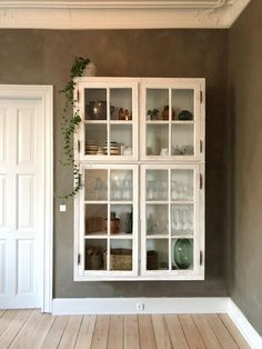DIY – wall hung display cabinet with old window – # old # with # wall hung … - DIY Furniture Couch Ideen Wall Mounted Display Cabinets, Wall Cabinets, Diy Wand, Old Windows, Home Kitchens, Diy Furniture, Furniture Shopping, Home Remodeling, Diy Home Decor