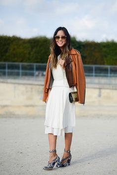 Pin for Later: 25 Gründe, warum Fashionistas den Sommer lieben Man kann Jacken ganz lässig über die Schulter hängen lassen