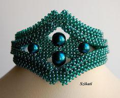 LIVRAISON GRATUITE!!!  Déclaration d'one-of-a-kind élégant tissée en perles bracelet avec une absolue forme unique, accrocheuse et le design. Merveilleuse combinaison de perles de turquoise et de perles de rocaille tchèque.  Il ny a aucune pièce métallique en elle, alors jai calmement le recommande à toute personne ayant des allergies aux métaux trop.  Longueur : appr. 8 po/20 cm Largeur : 0,88 - 2 po - 2, 2 - 5 cm Technique : querre 3D Weave (3D brut) Fermeture : fermoir perlé décoratif...