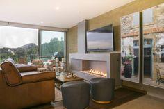 Sala de Tv + chimenea (De Cristina Cortés Diseño y Decoración )