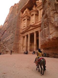Petra, la famosa città di roccia rosa rossa in Giordania