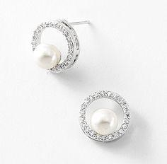 Aretes con rodio, perlas y piedras de cristal.