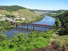 Imagen del tren línea del valle del Rin cruzando un puente