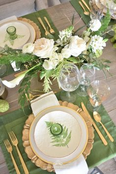 Green and Gold Easter Table Setting Mein grünes und goldenes Ostern-Gedeck – Zuhause mit Holliday This image has get Easter Table Settings, Thanksgiving Table Settings, Christmas Table Settings, Gold Table Settings, Buffet Set, Beautiful Table Settings, Green Table, Deco Table, Dinner Table