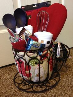 Diy House Warming Gift Crafts Kitchens Ideas For 2020 Kitchen Gift Baskets, Diy Gift Baskets, Raffle Baskets, Christmas Gift Baskets, Diy Christmas Gifts, Holiday Gifts, Xmas, Kitchen Towel Cakes, Homemade Gift Baskets