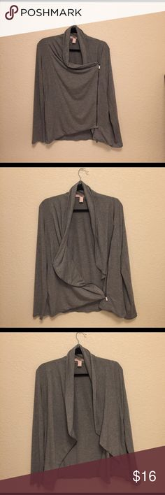 """Light grey cardigan zip-up Contemporary cardigan from forever 21. Usually when it's """"contemporary"""" it's a size up, which I didn't know. It's oversized and fits best on a Medium, but will look oversized on a size small. Brand new and never worn. No returns ✨💕 Forever 21 Sweaters Cardigans"""