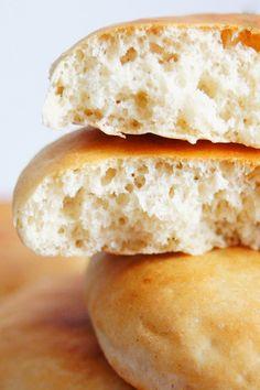 Jeśli do swojego – i tak już idealnego – hummusu potrzebujecie miękkiego, puszystego chlebka pita, ten przepis spełni wszystkie Wasze oczekiwania. Chlebki…