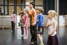 Mały Teatr Ruchu Mały Teatr Ruchu jest innowacyjną propozycją dla najmłodszych, stworzoną przez Krakowskie Centrum Choreograficzne. To projekt edukacyjny zakładający wielopłaszczyznową pracę artystyczną z dziećmi na profesjonalnym poziomie. Autorski program opracowany przez zawodowych tancerzy i pedagogów zakłada edukację przez teatr i ruch. Propozycja skierowana jest do dzieci w dwóch przedziałach wiekowych 5-7 oraz 7-9 lat. …
