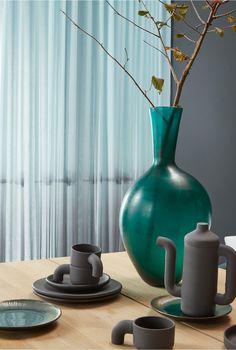 Rustgevend... filter het licht met transparante voile Silence #gordijnen… Filter, Church Stage Design, Objects, Vase, Green, Happiness, Home Decor, Decoration Home, Bonheur