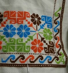 Lindo... Flower Embroidery Designs, Simple Embroidery, Ribbon Embroidery, Cross Stitch Embroidery, Cross Stitch Letters, Cross Stitch Borders, Cross Stitch Flowers, Stitch Patterns, Crochet Patterns