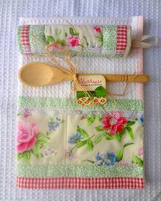 Kit contendo: 01 pano de prato em tecido piquet, com barra em tecido 100% algodão + 01 pegador de panela quiltado + 01 colher de pau (brinde). <br>Qual a mãe que não gostaria de alegrar sua cozinha com este kit? Faça sua mãe feliz!