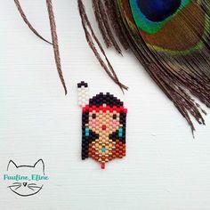 Une petite indienne avec ses bijoux en turquoise. Elle s'appelle Tokela, ça qui signifie renard en langue amérindienne (mais laquelle, je ne sais pas!) #jenfiledesperlesetjassume #miyukibeads #miyuki #beadwork #perleaddict #brickstitch #amerindian #indian #indien #motifpauline_eline