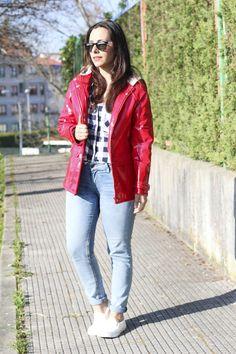 Chubasquero rojo #comocombinarchubasquero #siemprehayalgoqueponerse #moda #modavigo #modagalicia #blogger #fashion #cuadros #sneakers #blancas