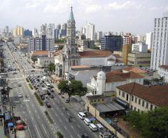 Igreja Nossa Senhora da Saúde e Colégio Marista Arquidiocesano, no bairro de Vila Mariana, próximos à estação Santa Cruz (linha azul) do Metrô.