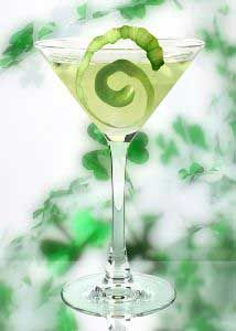 Matcha Green Tea Cocktails to Channel Your Inner Zen Matcha Cocktail, Green Tea Cocktail, Cocktail Glass, Easy Alcoholic Drinks, Drinks Alcohol Recipes, Yummy Drinks, Drink Recipes, Tea Cocktails, Cocktail Recipes