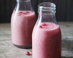 Rezept für Pink Smoothie mit Granatapfel⎜GU http://www.gu.de/magazin/kochen-und-geniessen/708745-detox--auf-zur-neuen-leichtigkeit/