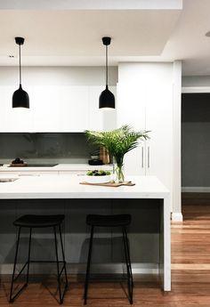 Alicia Xiberras Interiors – Smartstone Amara feautures on the island bench has… Black Kitchens, Luxury Kitchens, Home Kitchens, Home Decor Kitchen, Kitchen Interior, Kitchen Design, Kitchen Ideas, Kitchen Benchtops, Kitchen Countertops