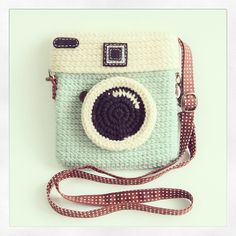 How nice is this? Not a pattern. You can order this Crochet Lomo Camera Purse from the shop Meemanan. ut if you would like to make something similar yourself, you can find a pattern for a camera purse here for purchase. Cute Crochet, Crochet Crafts, Crochet Projects, Knit Crochet, Crochet Things, Crochet Hooks, Diy Projects, Crochet Camera, Crochet Mignon