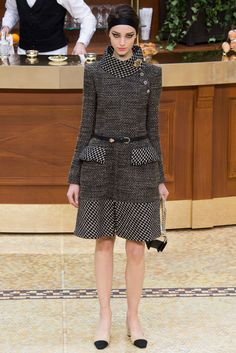 Dark grey tweed dress from Chanel Fall Runway Collection at Paris Fashion Week Fashion Week Paris, Runway Fashion, High Fashion, Fashion Show, Fashion Design, Chanel Fashion, Haute Couture Style, Chanel Couture, Vogue