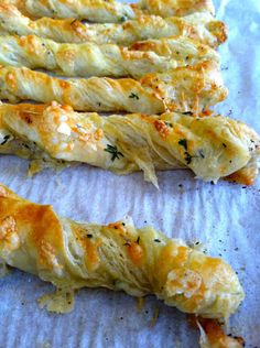 cheese twists--these look soooo yummy. I cannot wait to give it a shot :) perfect for parties! I Love Food, Good Food, Yummy Food, Pastry Recipes, Cooking Recipes, Cheese Twists, Bread Twists, Pan Relleno, Fingerfood Party