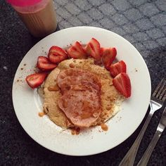 Saturday pancake fun!  aaaand this is why I love macros. Oats and egg white pancake bacon strawberries cinnamon and some Walden's pancake and caramel syrup  uh may zing. 22P 20C 3F Washed down with iced coffee green tea x50 and vanilla unsweetened almond milk #pancakes #bacon #strawberries #lowcarb #flexibledieting #oxygenmagau #womensheathau #macros #iifym #macros #greenteax50 #waldenfarms #recipeoftheweek #icedcoffee @waldenfarmsinternational @greenteax50 by daniiphantom