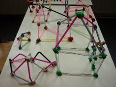 Projet architecture : constructions avec des pailles et de la pâte à modeler Art Education, Architecture Art, Recycling, Volumes, Sculpture, Sculptures, School, Power Point Templates, Straws