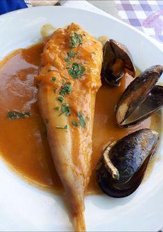 COLITA DE RAPE Con salsa de cabezas de gambas y mejillones #RecetasFáciles #RecetasGratis #FoodIdeas #RecetasDeliciosas #Recetas #RecetasDeCocina Spanish Kitchen, How To Cook Fish, Ceviche, Food Humor, Fish And Seafood, Sin Gluten, Tapas, Food And Drink, Dishes
