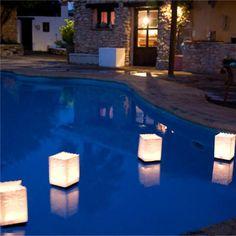 Decora tu piscina con estas bolsas de papel flotantes para meter velas. Le darás un toque muy acogedor a tu fiesta de verano. #piscina #vela #fiestaalairelibre #verano http://www.airedefiesta.com/product/3942/0/0/1/1/Pack-4-Bolsas-Sol-Flotantes.htm