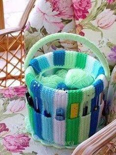 Crochet Pattern: Colorful handmade bucket - Crafts And Diy Trends Bag Crochet, Crochet Home, Crochet Granny, Cute Crochet, Crochet Crafts, Crochet Yarn, Crochet Projects, Crochet Organizer, Crochet Storage