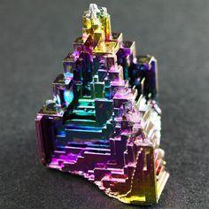 ビスマスの人工結晶である。エンパイアステートビルの先端を切り取ったような形状と、色が濃く、バランスの良い虹色の美しい佳品である。ビスマスが所狭しと並んだ売り場で、この虹色は異彩を放っていた。それほど鮮