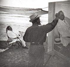 Pintando el retrato de Antonio Garcia, padre de Clotilde, en la playa, 1909. Antonio Garcia, Space Crafts, Art Studios, Artist At Work, Lovers Art, Old Photos, Painting & Drawing, Art Museum, Behind The Scenes