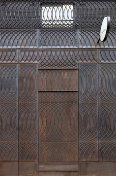 Beautiful relief pattern drawn by designer Paul Smith for his store facade. Story: Paul Smith Albemarle Street store facade by Architects Detail Architecture, Interior Architecture, Interior And Exterior, Interior Design, Brick Architecture, Commercial Architecture, Exterior Doors, Paul Smith, Retail Design