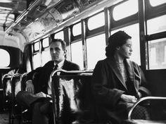 Le 1er décembre 1955, Rosa Parks , engagée dans le Mouvement pour les droit civiques, refuse de céder sa place à un passager blanc. Bien qu'elle ne soit pas la première, son geste a initié un boycott des bus de la ville de Montgomery et a permis de de faire juger anticonstitutionnelle la ségrégation dans les bus. Depuis que Rosa Parks s'est dressée, en restant assise, contre le racisme, les Américains n'ont cessés de prendre conscience de l'importance de la lutte pour les droits civiques.