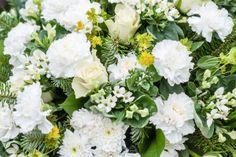 Hat sich der Verstorbene zu Lebzeiten für eine Einäscherung ausgesprochen, gibt es zwei Möglichkeiten im Ablauf: Die Trauerfeier mit Sarg oder mit Urne.