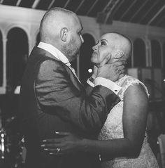 صور مؤثرة لعروس تحلق شعرها بالكامل ليلة زفافها
