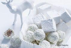 700 g Schokolade grob zerkleinern, davon 400 g in einer Küchenmaschine fein hacken und in eine ofenfeste Schale geben. Obers und Kaffee in einem kleinen Topf über mittlerer Hitze aufkochen und zur Schokolade in die Schale geben. Mit einem Löffel umrühren,...