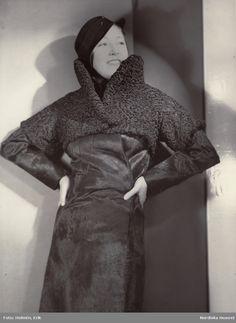 Kvinna i slät päls av fölskinn med överdel av persian. Text på baksidan