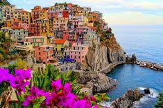 12 linhas costeiras imperdíveis ao redor do mundo | Nômades Digitais -  Cinque Terre, Itália Ao norte do Mediterrâneo, casinhas charmosas e coloridas formam pequenas aldeias que dominam o penhasco.
